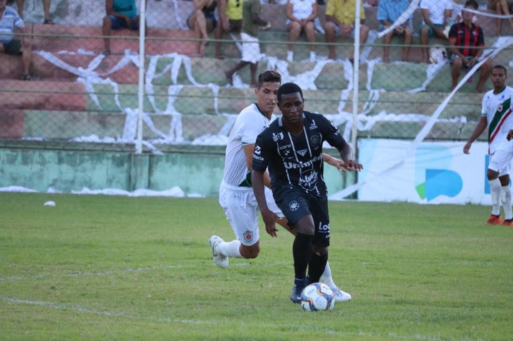 João Paulo conduz a bola no jogo entre Rio Branco e Real Noroeste