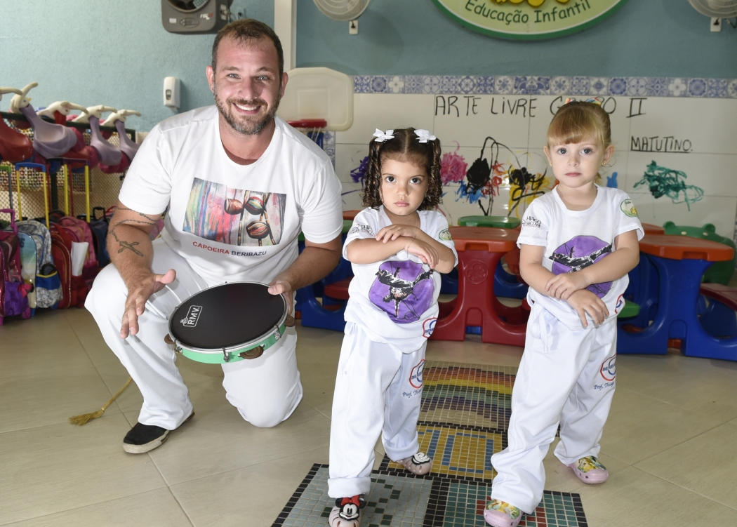 O professor de capoeira Thiago Torezani com as alunas Lara e Maria Luísa, de 2 anos