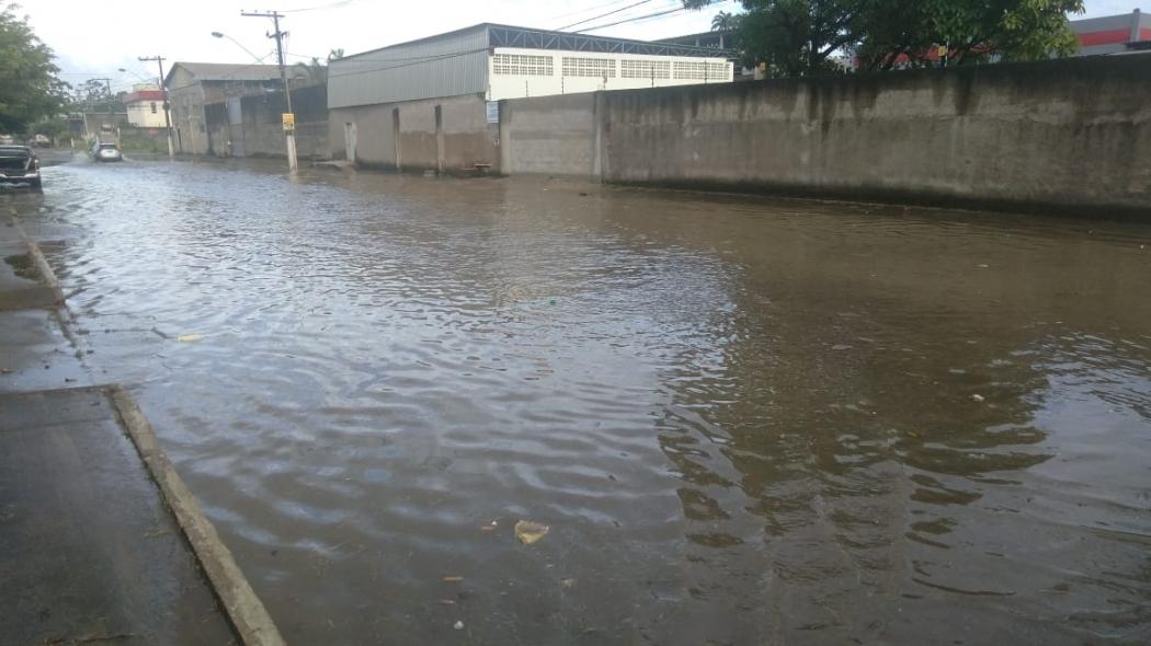 Rua alagada em Cobilândia, Vila Velha. Crédito: Caíque Verli
