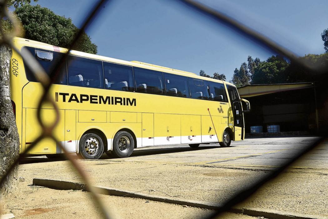 Ônibus na garagem da Itapemirim, grupo que está em recuperação judicial desde março de 2016. Crédito: Bernardo Coutinho