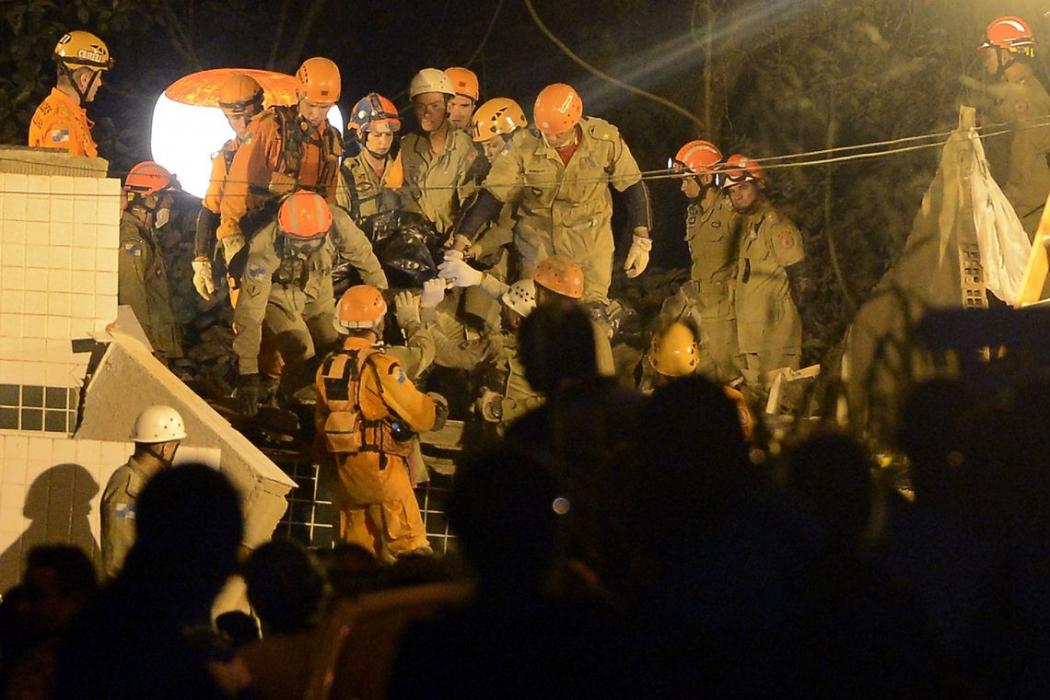 Equipes que atuaram na busca e resgate de pessoas após o desabamento dos dois prédios na comunidade da Muzema. Crédito: Fernando Frazão/Agência Brasil   Arquivo