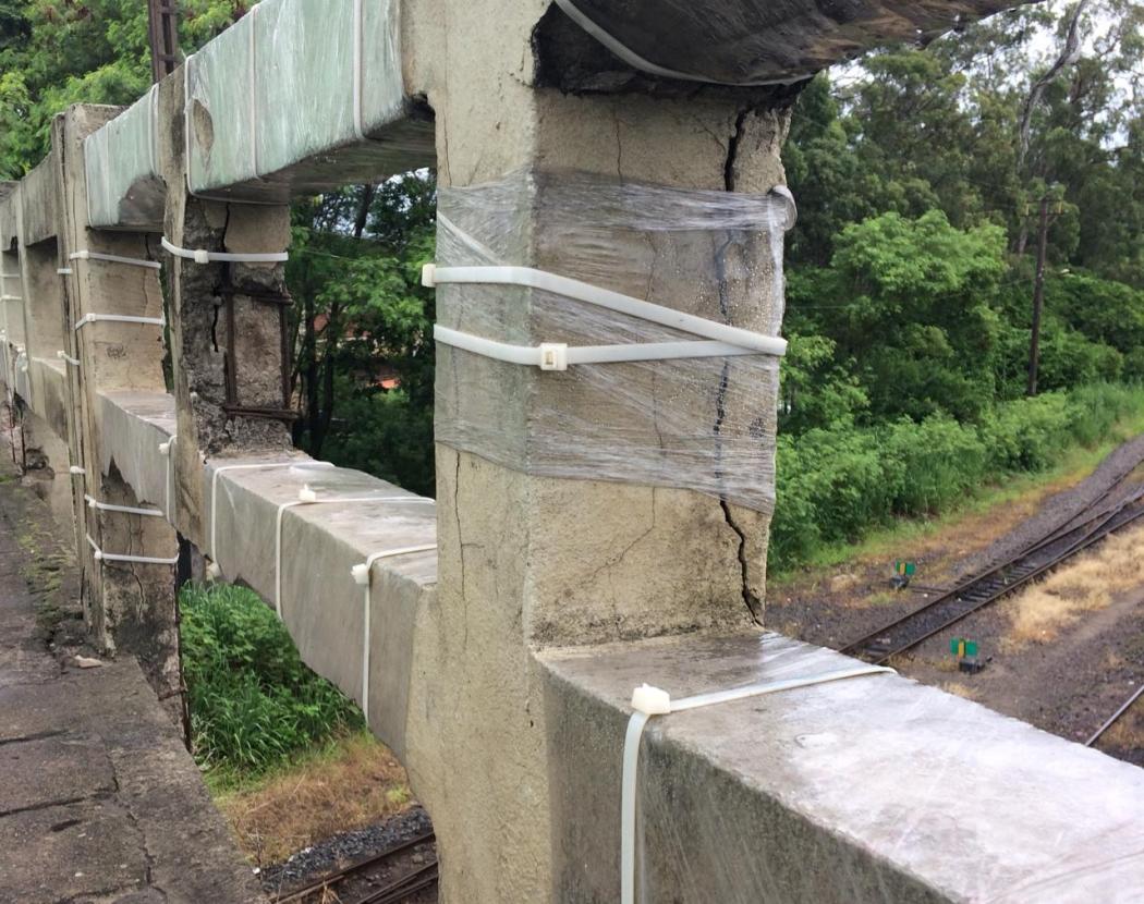 Abraçadeiras de plástico eram usadas para segurar pedaços de viaduto, em Vila Velha. Crédito: Eduardo Dias