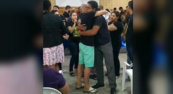 George Alves com os pés enfaixados durante culto realizado no mesmo dia das mortes de Kauã e Joaquim, em Linhares. Crédito: Facebook
