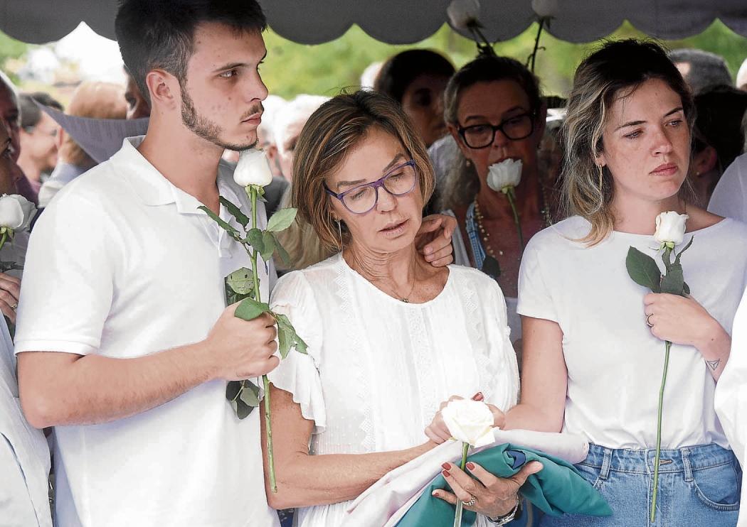 Rita Camata, ao lado dos filhos, Bruno e Enza, no enterro do ex-governador. Crédito: Carlos Alberto Silva