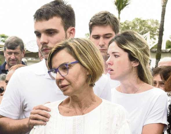 Rita Camata ao lado dos filhos, Bruno e Enza, no enterro de Gerson Camata. Crédito: Fábio Vicentini