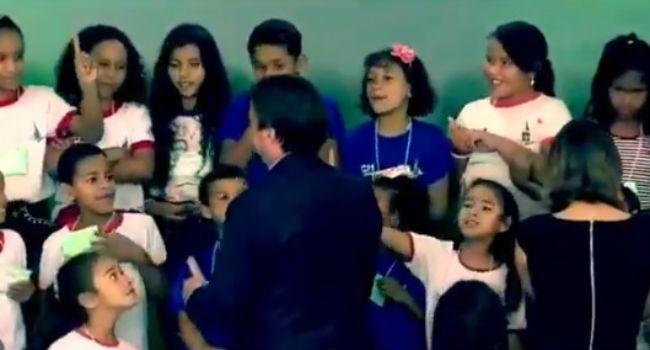 Menina se recusa a cumprimentar presidente Jair Bolsonaro. Crédito: Reprodução Twitter
