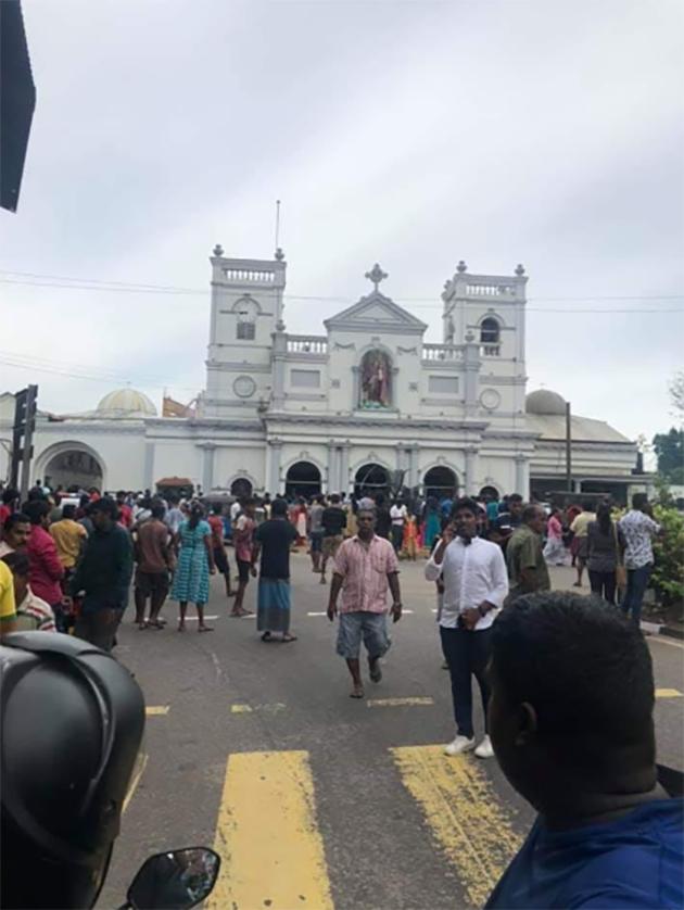 Explosões em hotéis de luxo e igrejas católicas deixam mortos e feridos no Sri Lanka. Crédito: Reprodução/Twitter/Sri Lanka Tweet