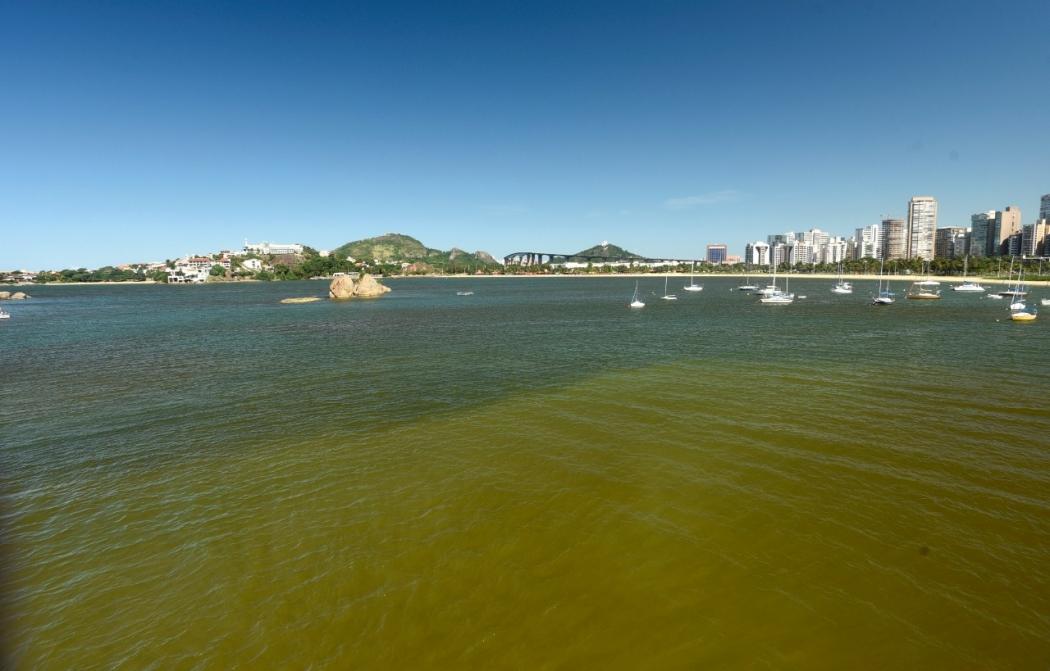 Mancha no mar entre a Ilha do Frade e a Ilha do Boi, em Vitória . Crédito: Vitor Jubini | A Gazeta