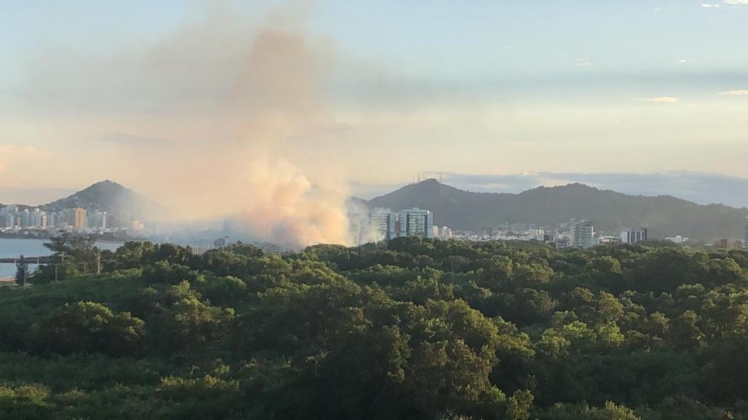 Incêndio atinge região do aeroporto de Vitória nesta terça-feira (23). Crédito: Internauta