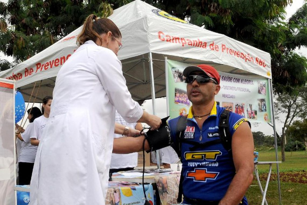 Homem afere a pressão. Crédito: Imagem de Arquivo/Agência Brasil