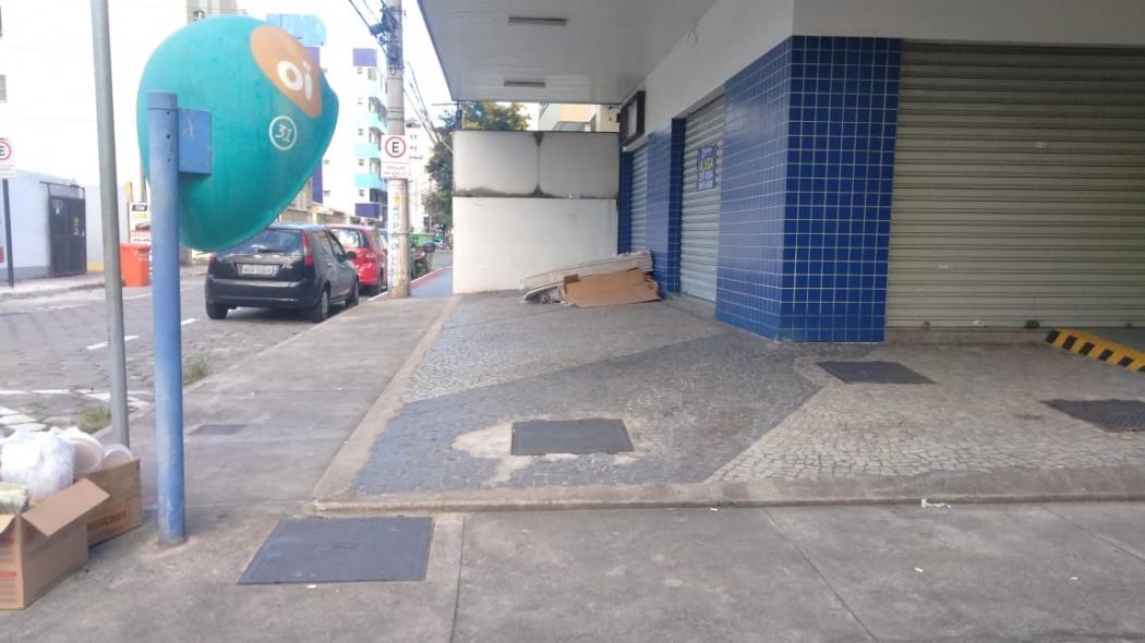 Morador em situação de rua dorme na calçada em Jardim Camburi. Crédito: Caíque Verli