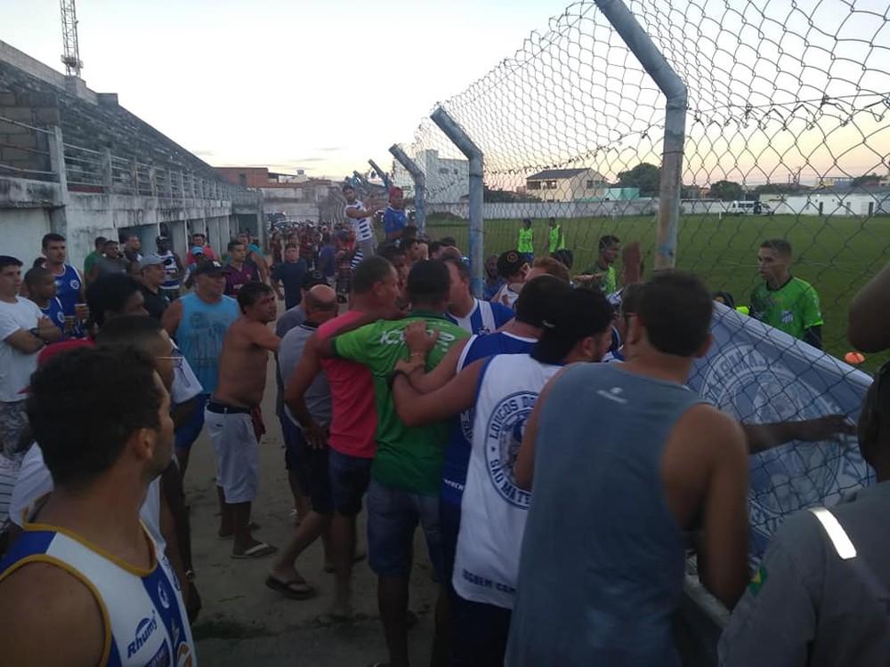 Confusão entre torcedores e o técnico do São Mateus após a derrota para o Sport-ES. Crédito: Sorriso/Sama Esportes