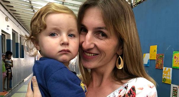 Patrícia durante reencontro com o filho Ravi, raptado pelo pai em Santa Maria de Jetibá (ES) e levado para São Paulo. Crédito: Divulgação | Polícia Civil de SP