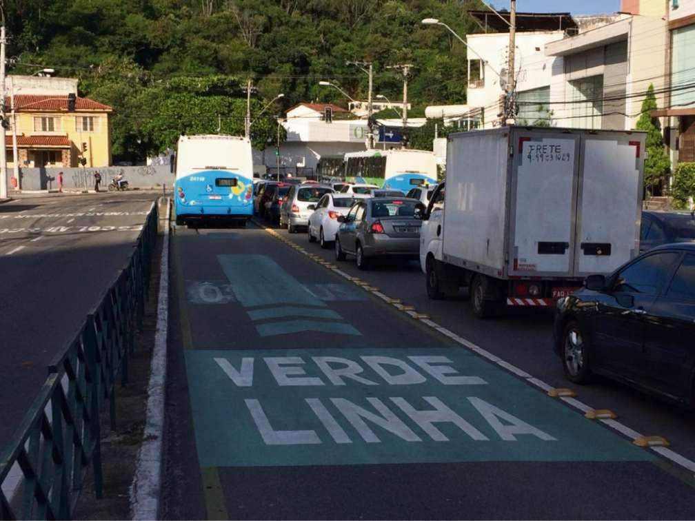 Linha Verde na Desembargador Santos Neves: motoristas que desrespeitam passagem exclusiva são multados. Crédito: Eduardo Dias