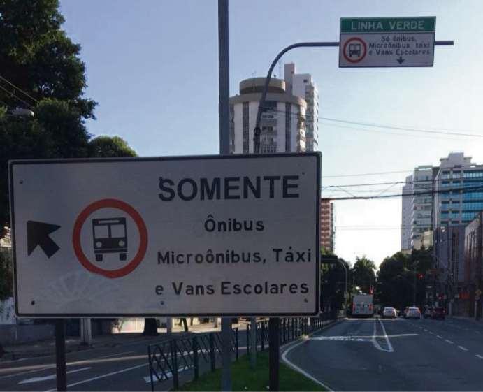 Placas indicam que veículos que podem passar em faixa. Crédito: Eduardo Dias
