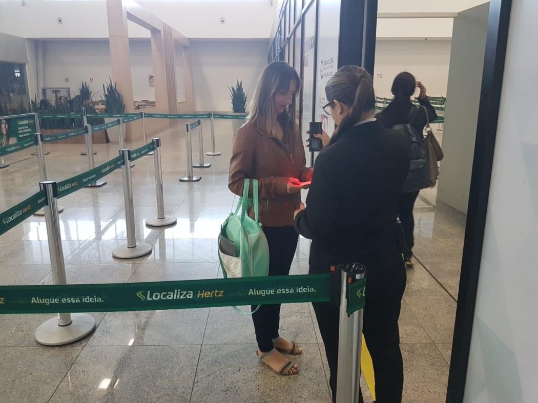 Patrícia Paula Bull, de 27 anos, embarcou nesta quarta-feira (1) para encontrar o filho de dez meses que havia sido raptado pelo pai. Crédito: José Carlos Sheiffer