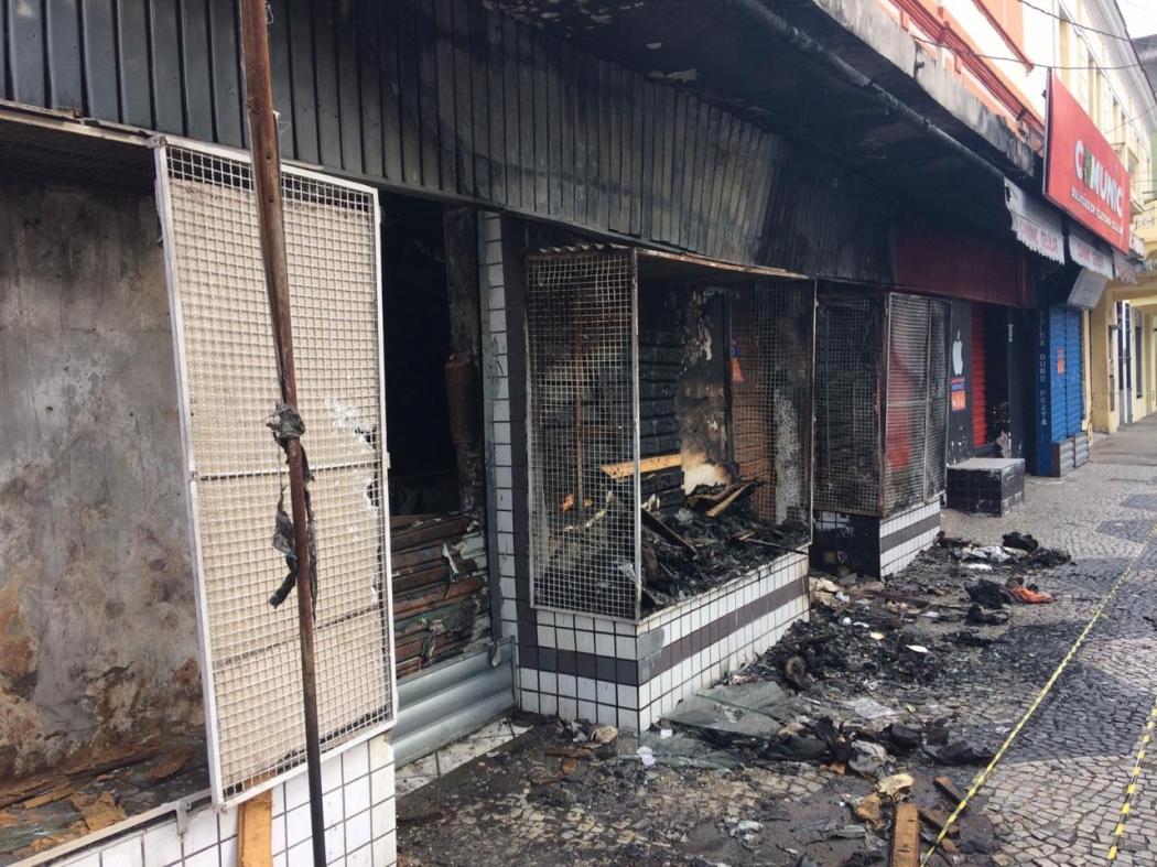 Entrada de lojas em prédio histórico que pegaram fogo no Centro de Vitória. Crédito: Eduardo Dias