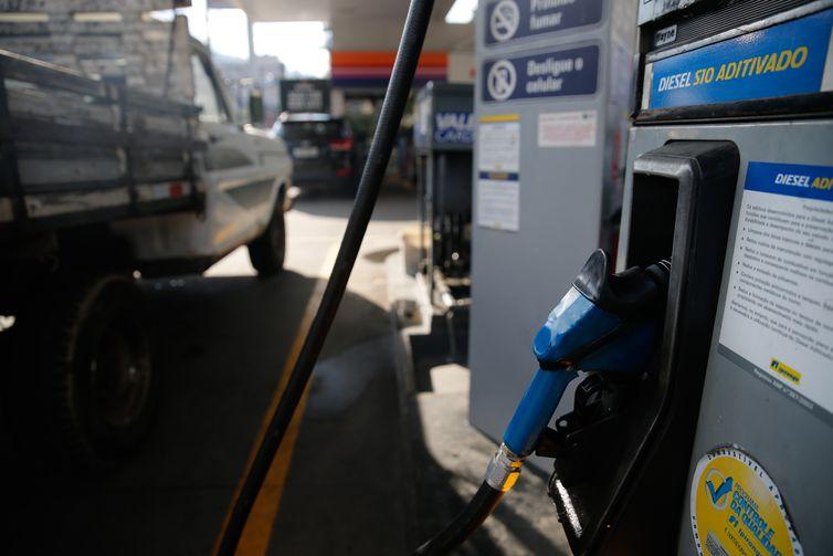 A alta ocorre logo após a elevação, de 10% para 11%, do percentual mínimo obrigatório de adição biodiesel ao diesel vendido nos postos, o que amplia o impacto final. Crédito: Fernando Frazão/Agência Brasil