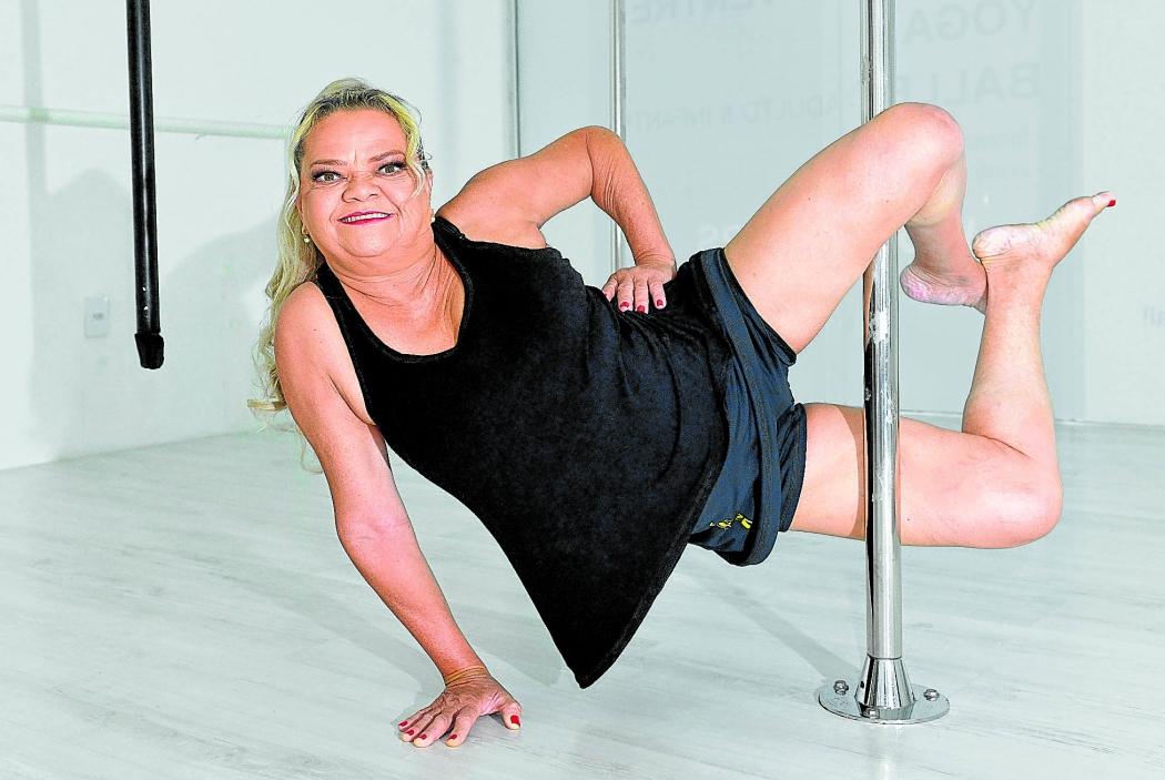 Olira de Carvalho, de 61 anos, é aluna de pole fitness. Crédito: Fernando Madeira