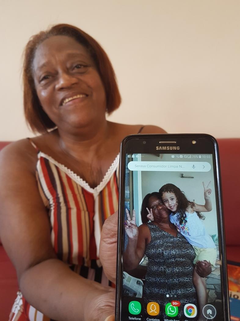 Carmen e a neta Hannah em foto no celular da avó. Crédito: José Carlos Schaeffer