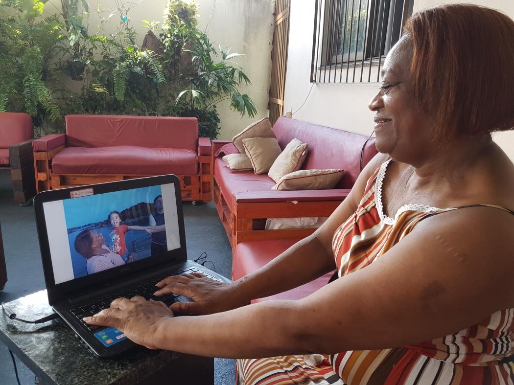 """Todos os domingos, Carmen e a família """"se encontram"""" com a neta em uma chamada de vídeo pelo computador. Crédito: José Carlos Schaeffer"""