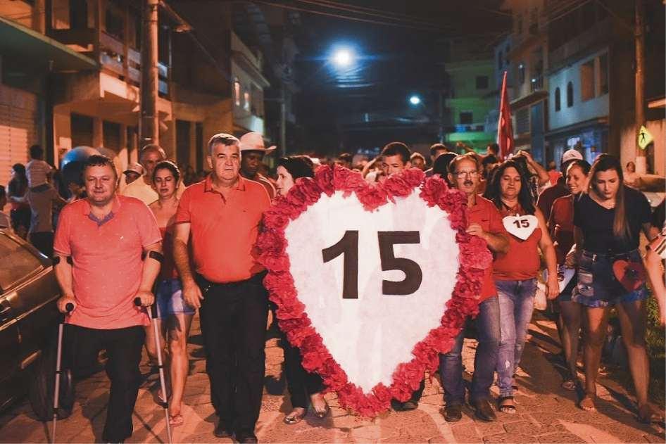 Edmilson Meireles e o vice Paulino Coveiro fizeram a caminhada da vitória. Crédito: Marcos Oliveira