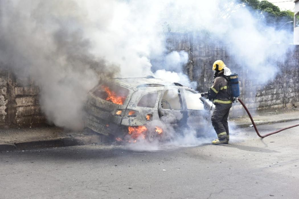 Carro de equipe de reportagem é incendiado por criminosos em Vitória. Crédito: Marcelo Prest