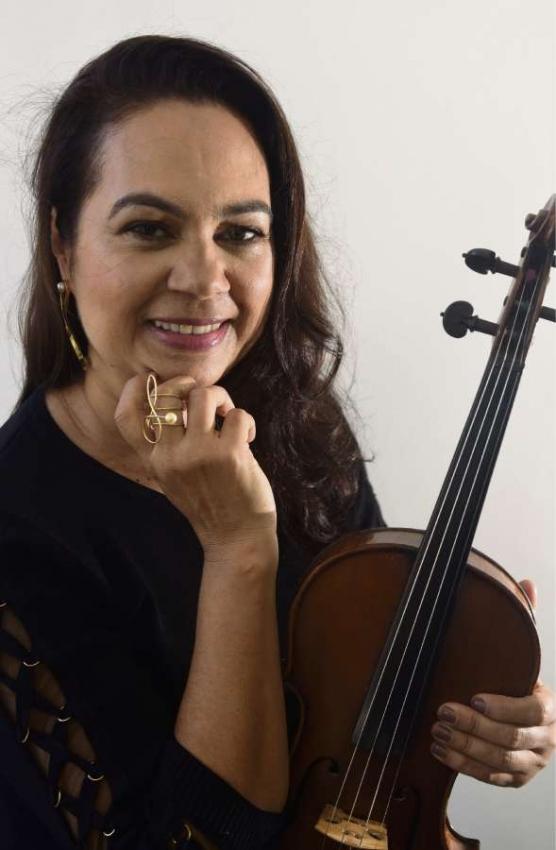 Violinista da Filarmônica aposentada, Alice Mendes fez um segundo curso e virou designer de joias. Crédito: Ricardo Medeiros