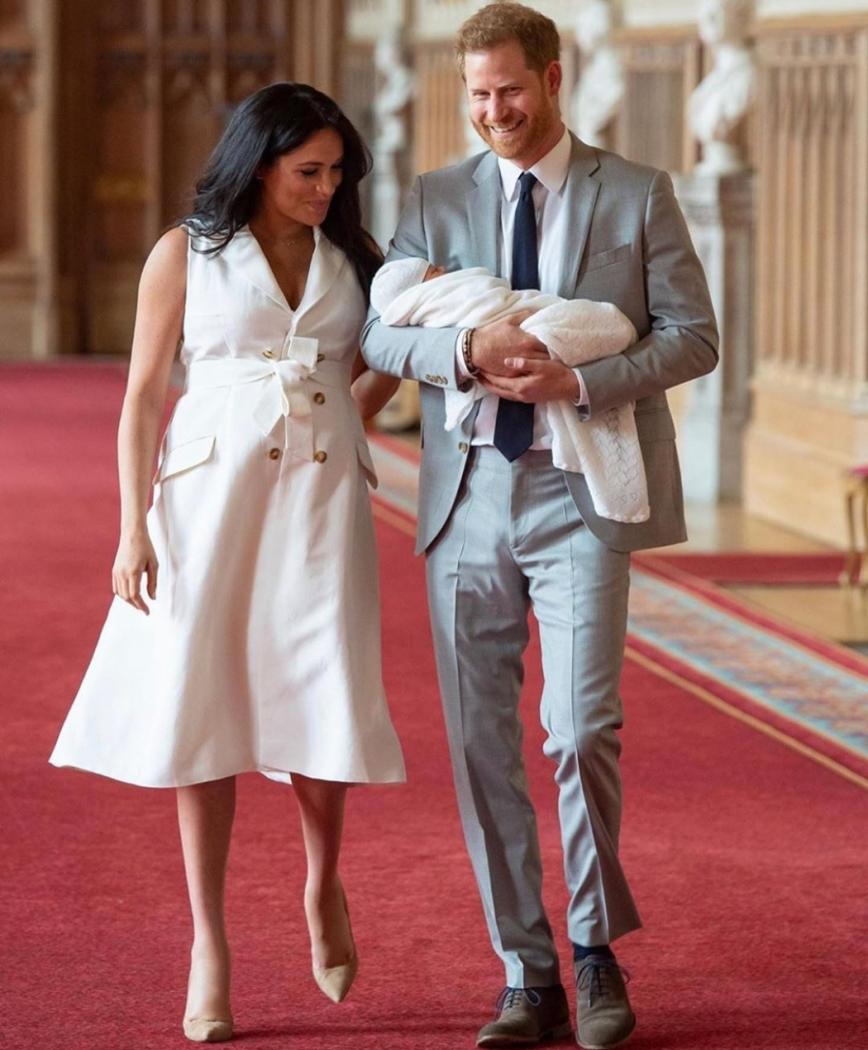 Meghan Markle e o príncipe Harry durante apresentação de seu primeiro filho a imprensa . Crédito: Reprodução/ Instagram @menslaw