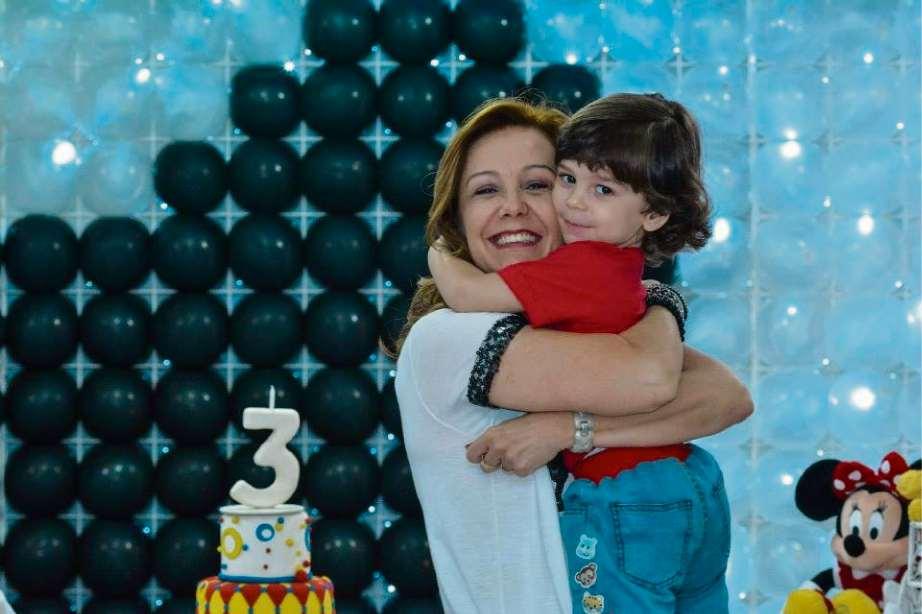 A jornalista Sandra Freitas com o filho Henrique, em 2015. Crédito: Divulgação/Arquivo pessoal