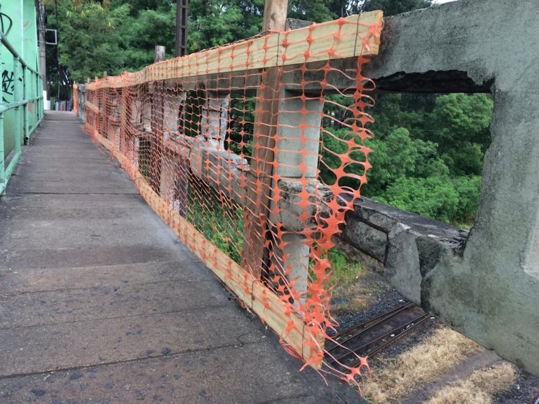 A prefeitura de Vila Velha encontrou uma solução provisória para tentar minimizar os riscos para pedestres e ciclistas que passam pelo viaduto do bairro São Torquato, em Vila Velha. Crédito: Eduardo Dias