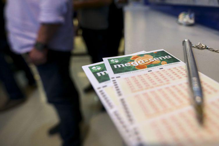 Apostadores fazem fila em casa lotérica. Crédito: Marcelo Camargo/Agência Brasil