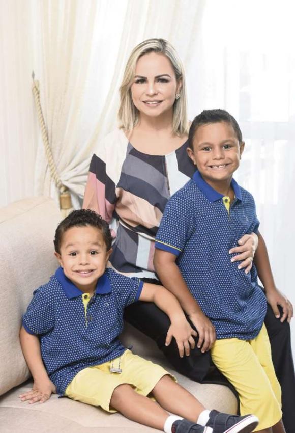 A dentista Cicilia Carvalho e seus filhos Lucas, 4 anos, e Miguel, 7 anos. Crédito: Carlos Alberto Silva