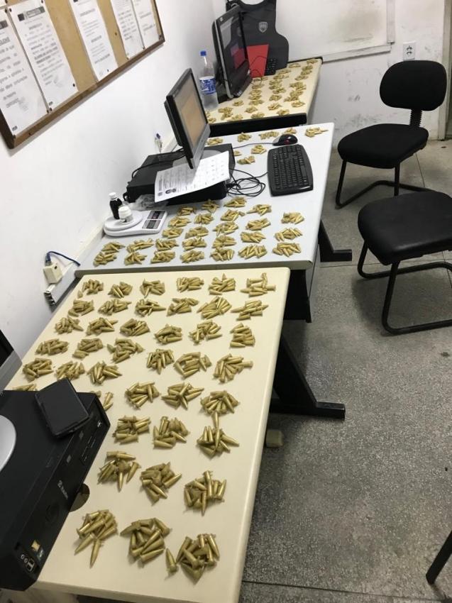 """Droga apreendida em """"laboratório"""" na Serra ficou espalhada em três mesas na delegacia. Crédito: Divulgação/ Polícia Militar"""
