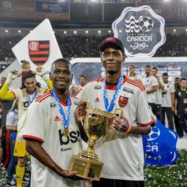 Ao lado de Juan, Jhonata Ventura ergue a taça do Carioca do Flamengo