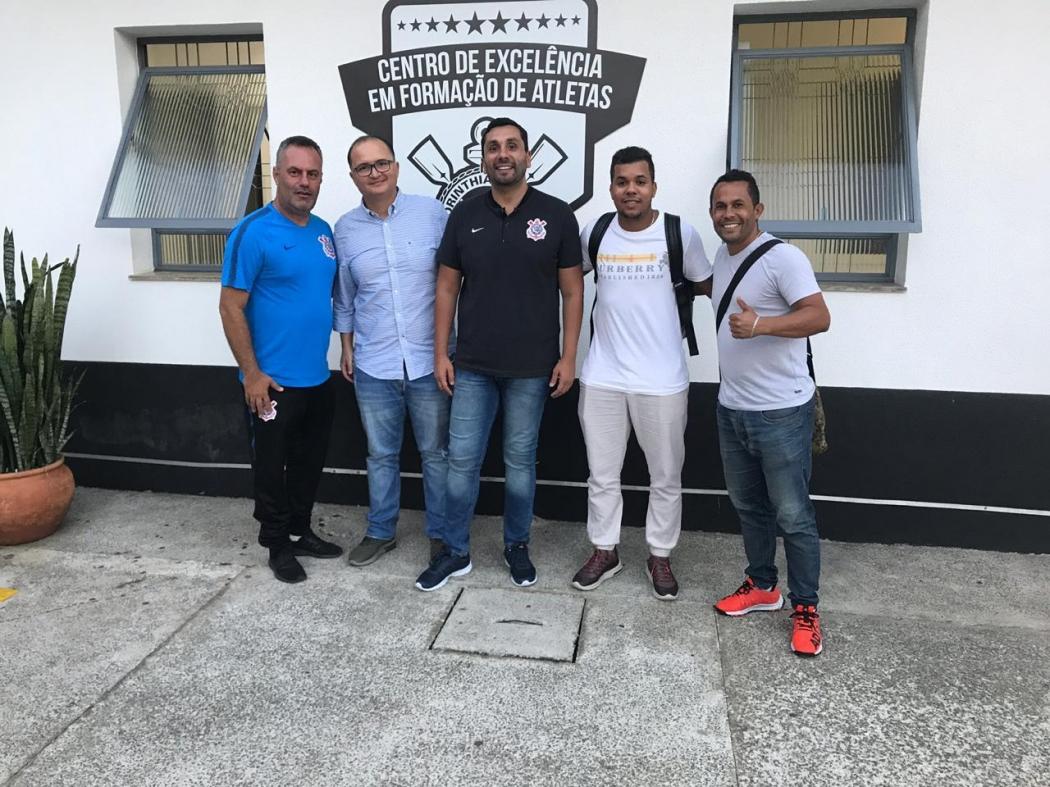 Dirigentes do Aster ao lado de responsáveis pelas bases de Corinthians. Crédito: Divulgação/Aster Brasil