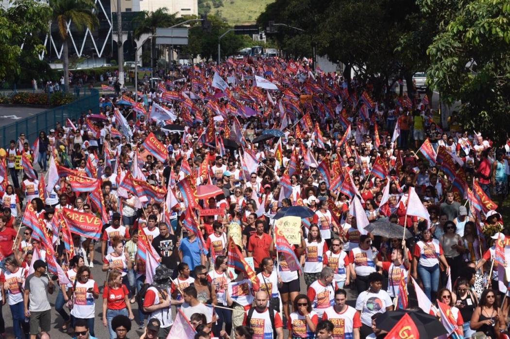 Manifestantes na Avenida Américo Buaiz, em Vitória, próximo da Assembleia Legislativa