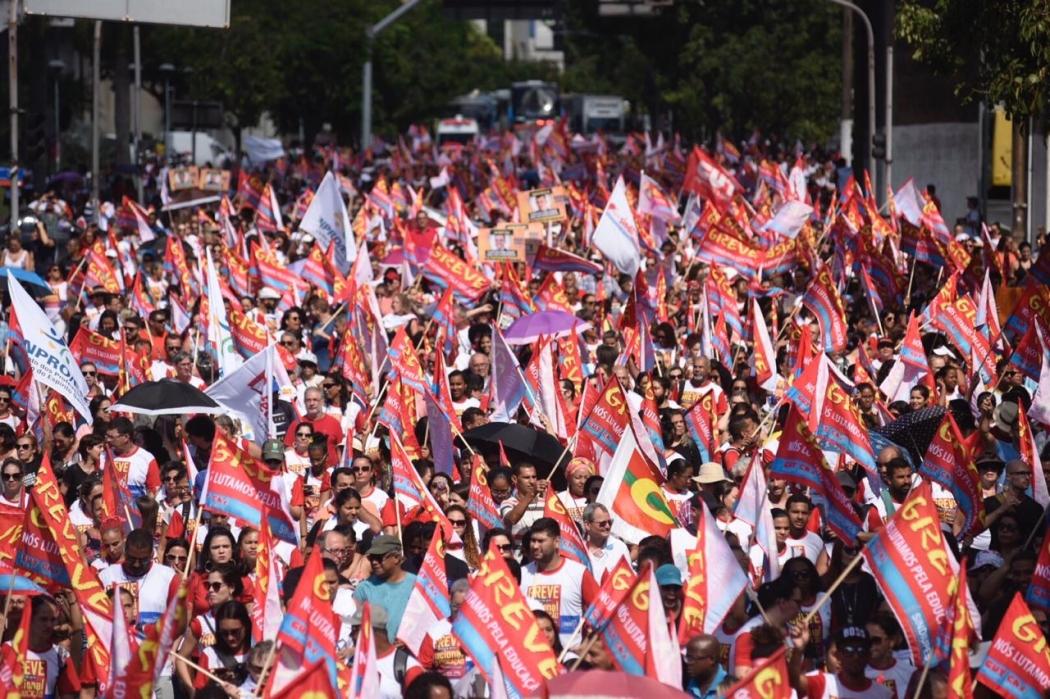 Manifestantes na Avenida Américo Buaiz, em Vitória, próximo da Assembleia Legislativa. Crédito: Vitor Jubini