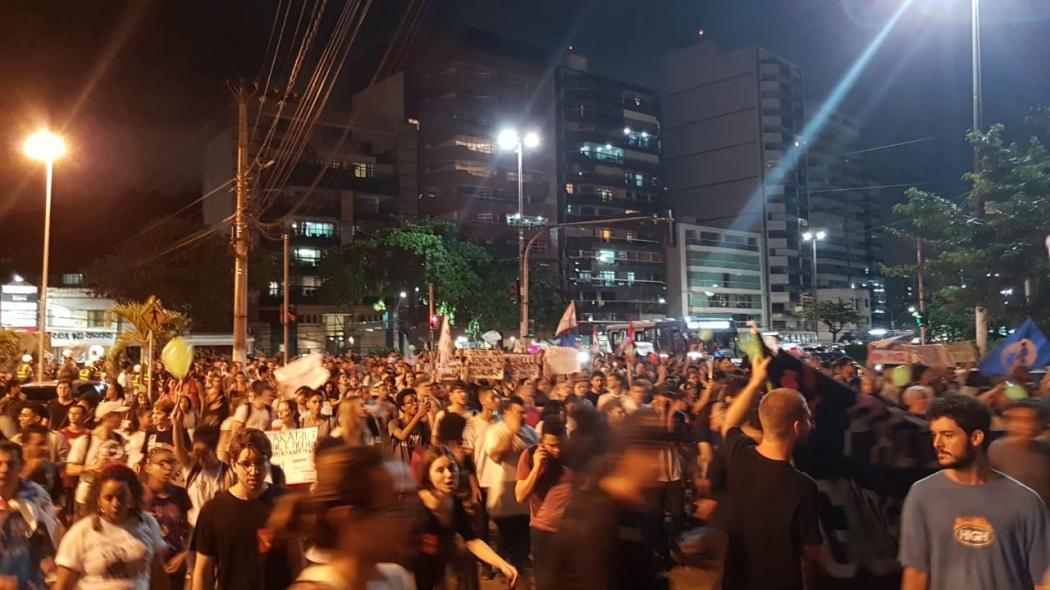 Manifestantes que saíram da Ufes e do Ifes já estão juntos na Américo Buaiz. Crédito: José Carlos Schaeffer