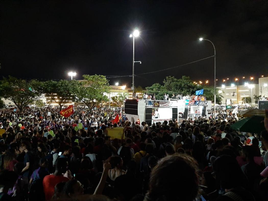 Manifestantes chegam à sede da Assembleia Legislativa do Espírito Santo (ALES). Crédito: Joyce Patrocínio