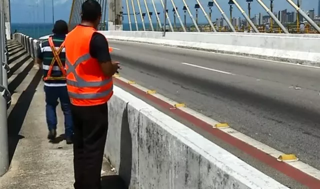 Voluntários se revezam na Ponte Newton Navarro, em Natal, para evitar suicídios