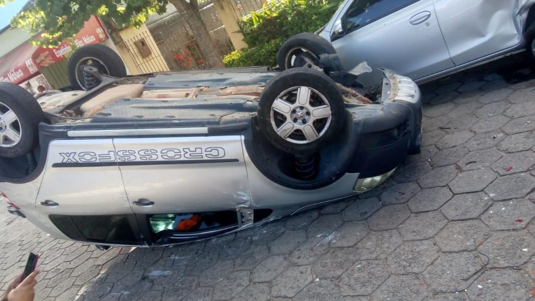 Carro capotou após bater em veículo estacionado, em Linhares. Crédito: Internauta