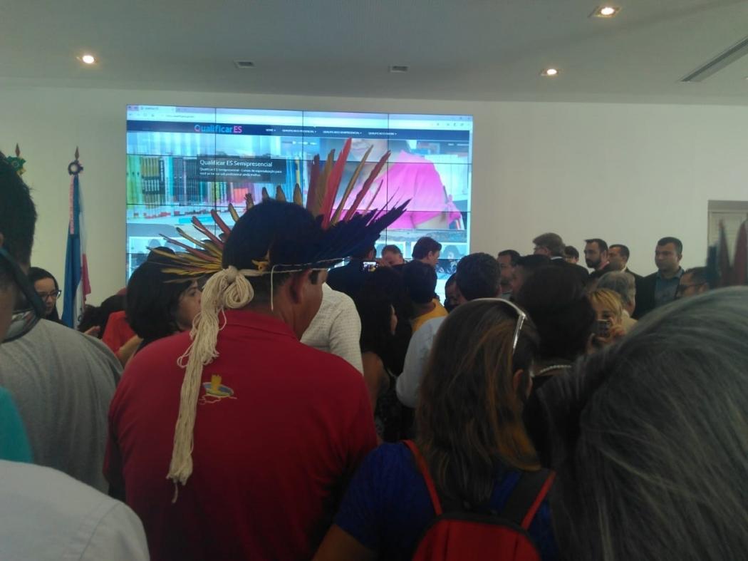 Indígena da aldeia de Caieiras Velha, etnia Tupi-Guarani, durante cerimônia no Salão São Tiago, do Palácio Anchieta. Crédito: Vitor Vogas