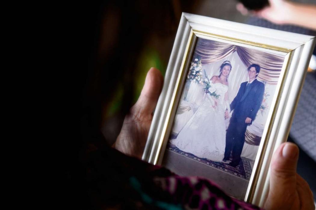 Delma Souza, mãe do ciclista Carlos Renato Souza, vê foto de casamento do filho. Crédito: Carlos Alberto Silva
