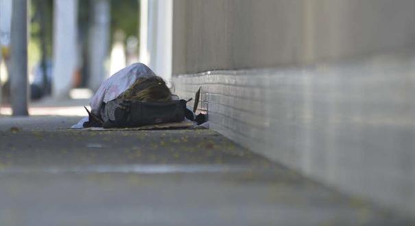 Morador de rua dormindo em avenida de Jardim da Penha. Crédito: Vitor Jubini | Arquivo | GZ