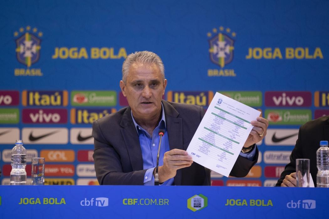 f8bcb77ae Tite abraçou jogadores de confiança para buscar a taça da Copa ...