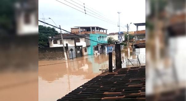 Ruas de Cobilândia permanecem alagadas mesmo com tempo estiado. Crédito: Internauta/Gazeta Online