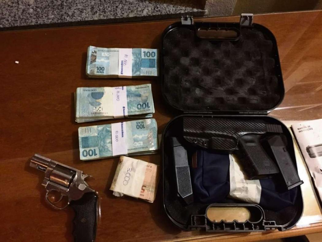 Dinheiro e armas apreendidos na casa da prefeita Amanda Quinta, de Presidente Kennedy. Crédito: Ministério Público Estadual