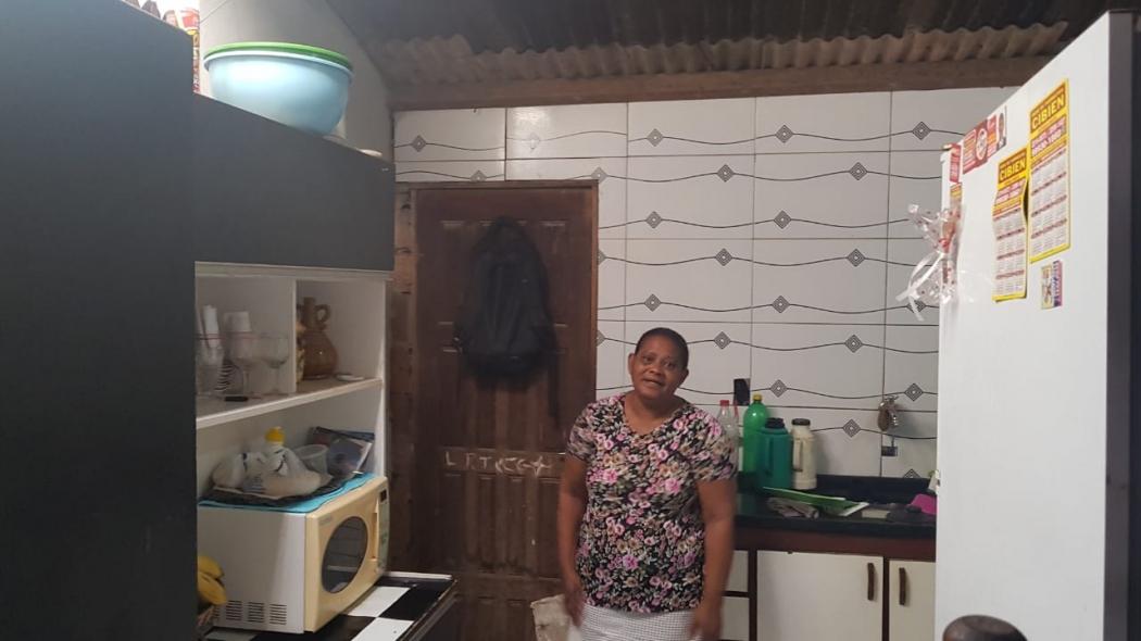 A dona de casa Tereza Soriano, 58 anos, passou a noite no abrigo com os três netos adolescentes, após ter a casa invadida pela água da chuva em Vila Velha. Crédito: Patrícia Scalzer | CBN Vitória