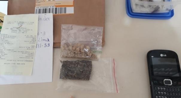 Na residência do universitário foi encontrado um tablete de maconha, oito quadrados de LSD e um comprimido de MDMA